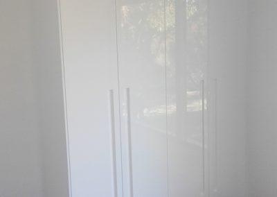 byron-hinterland-Minimalist-white-wardrobe