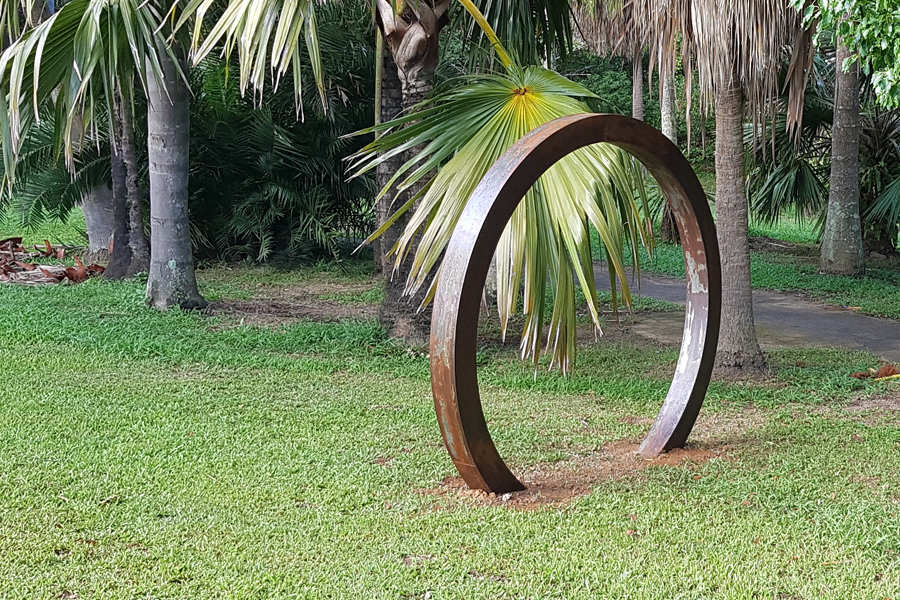 Un Ring, steel sculpture